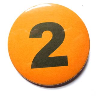 Button 59mm mit Zahlenreihe orange